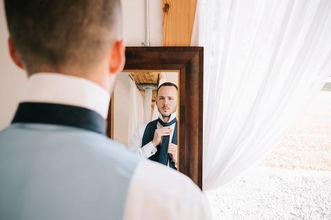 groom prepares for his wedding at 48 Fields barn venue in Northern Virginia
